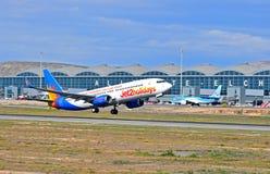 Jet2起飞从阿利坎特机场的假日航空器 免版税库存图片