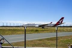 Jet Aircraft Taxiing för tar av Arkivbilder