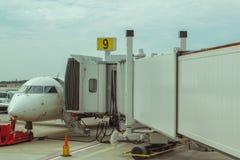 Jet Aircraft am Tor Lizenzfreie Stockbilder