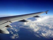 Jet Aircraft Wing, cielo azul y nubes blancas Imágenes de archivo libres de regalías