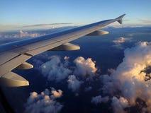 Jet Aircraft Wing, cielo azul y nubes blancas Imagen de archivo libre de regalías