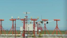 Jet Airline grande en aterriza 4k UHD almacen de metraje de vídeo