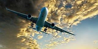Jet Airliner Flying dans un ciel nuageux coloré d'or d'altocumulus images libres de droits