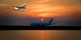 Jet Airliner Flying dans un cirrostratus de couleur orange SK nuageuse images stock