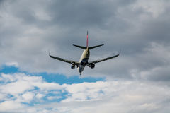 Jet Airliner Heading Toward Clouds Images stock