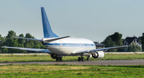 Jet Airliner no aeroporto Imagens de Stock Royalty Free