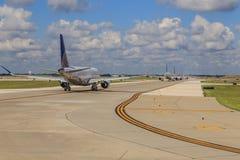 Jet Airliners Taxiing à decolagem fotografia de stock royalty free