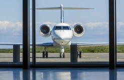 Jet Airplane incorporada privada em um aeroporto Imagem de Stock