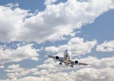 Jet Airplane Landing met Dramatische erachter Wolken royalty-vrije stock foto