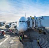Jet Airplane ligou a um corredor da passagem Imagem de Stock