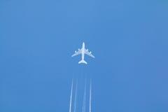 Jet Airplane och Contrail arkivfoton