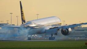 Jet Airways Боинг 777 причаливая видеоматериал