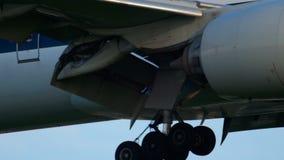Jet Airways Боинг 777 причаливая сток-видео