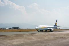Jet Airways Boeing 737 à l'aéroport de Katmandou, Népal Images stock