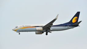 Jet Airways Boeing 737-800 landend an Changi-Flughafen Stockbild