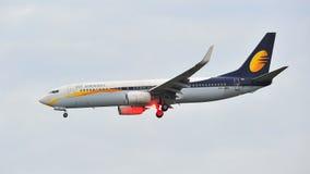 Jet Airways Boeing 737-800 que aterriza en el aeropuerto de Changi Imagen de archivo libre de regalías