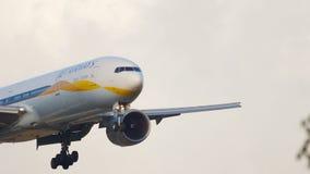 Jet Airways Boeing 777 que se acerca almacen de metraje de vídeo