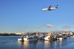 Jet Approaches Vancouver Airport commerciale Photos libres de droits