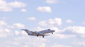 Jet blanc en nuages images stock