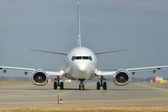 Jet blanco en pista Foto de archivo