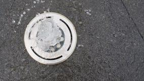 Jet blanco redondo de la fuente en el piso de piedra negro, visión superior almacen de video