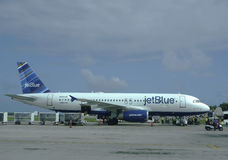 Jet Blue-Flugzeug an internationalem Flughafen Punta Cana, Dominikanische Republik Stockbild