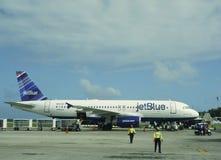 Jet Blue-vliegtuig bij de Internationale Luchthaven van Punta Cana, Dominicaanse Republiek Royalty-vrije Stock Foto