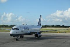Jet Blue-vliegtuig op tarmac bij La Romana International Airport royalty-vrije stock fotografie