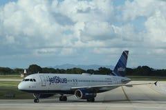 Jet Blue-vliegtuig op tarmac bij La Romana International Airport stock afbeeldingen