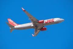 Jet2 Boeing 737 está decolando do aeroporto sul de Tenerife o 13 de janeiro de 2016 Fotos de Stock