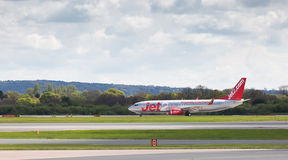 Jet2 Boeing 737-8K5 roulant au sol de nouveau au terminal Photos stock