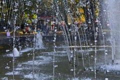 Jet-Brunnen in den Strahlen der Herbstsonne Lizenzfreie Stockfotos