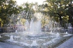 Jet-Brunnen in den Strahlen der Herbstsonne Lizenzfreie Stockbilder