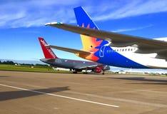 Jet2 com和Jet2 com在柏油碎石地面的假日飞机在利兹布雷得佛机场 免版税库存照片
