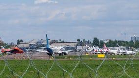 Jet Commercial Airplanes dans l'aéroport Image stock