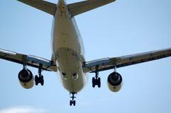 Jet con con el tren de aterrizaje bajado Fotos de archivo