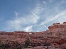Jet Contrail forma un arco sopra il parco nazionale nell'Utah immagine stock