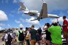 Jet débarquant au-dessus de Maho Beach Photos stock