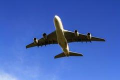 Jet d'Airbus A380 sous le ciel bleu Image libre de droits