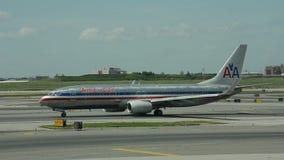 Jet d'American Airlines Boeing 737-800 banque de vidéos