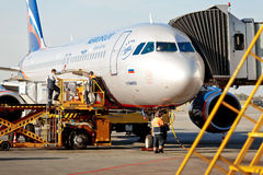 Jet d'avions d'Aeroflot accouplé dans l'aéroport de Sheremetievo Photos stock