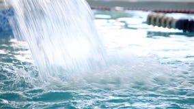 Jet d'eau tombant sur la surface de la piscine banque de vidéos
