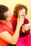 Jet d'effacement de nez employé par la mère Image libre de droits