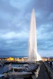 Jet de agua de Ginebra por noche Imagenes de archivo