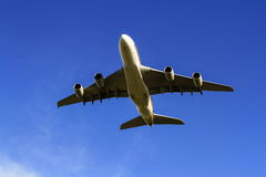 Jet de Airbus A380 debajo del cielo azul Imagen de archivo libre de regalías