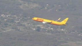 Jet de cargaison de DHL banque de vidéos