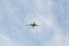 Jet de dos motores de debajo Imagen de archivo libre de regalías