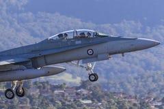 Jet de frelon de l'Armée de l'Air d'Australien royal RAAF McDonnell Douglas F/A-18B décollant de l'aéroport régional d'Illawarra Photos stock