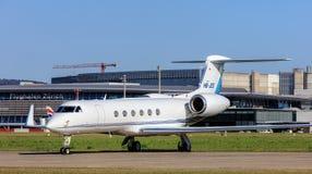 Jet de Gulfstream V dans l'aéroport de Zurich Photographie stock libre de droits
