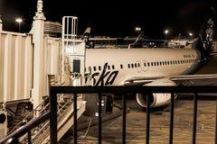 Jet de l'Alaska à la rampe à un aéroport Photo stock